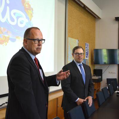 Vasas stadsdirektör Tomas Häyry och Elisas vd Veli-Matti Mattila.