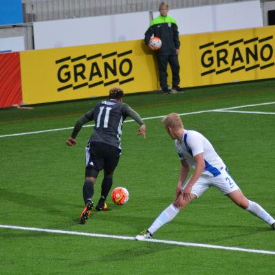 Serge Gnabry steget före Dani Hatakka.