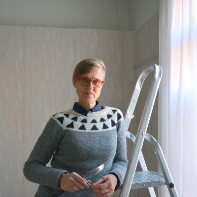 Konstnär Mia Damberg i sin ateljé på Kasernområdet i Vasa.