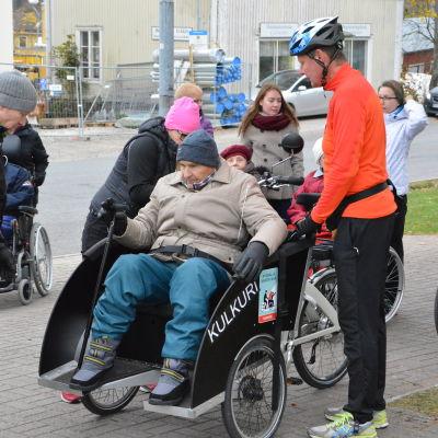 Kommundirektören Mikael Grannas hjälper åldring på cykel