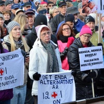 Manifestation för Vasa centralsjukhus på torget i Vasa.