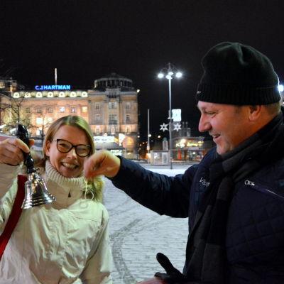 """Johanna Backholm och Max Jansson ringer i klockorna på Vasa torg. """"Fredens klockor"""" kallas det nya inslaget i programmet på julöppningen."""