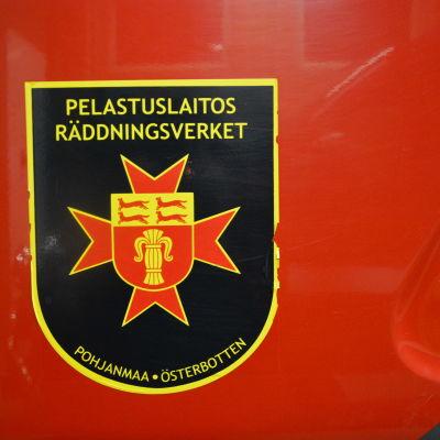 Skylt på brandbil där det står räddningsverket.