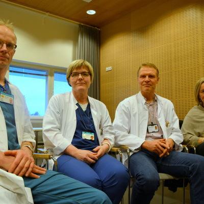 Tomi Sarkkinen, Mari-Anne Vaittinen, Peter Nieminen och Gunilla Carlson sitter i ett mötesrum vid Vasa centralsjukhus.
