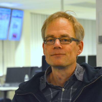 Roger Andersson, föreståndare för Missionskyrkan i Vasa, poserar i Yle Österbottens nyhetslandskap.