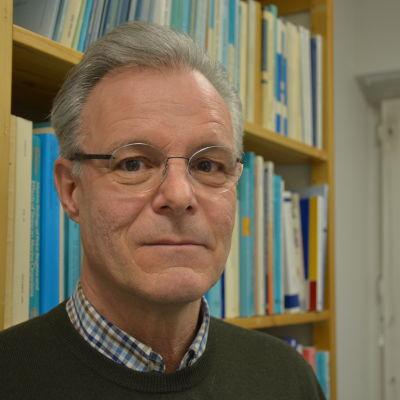 Professor Erik Bonsdorff på sitt arbetsrum.