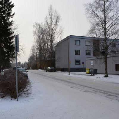 Polisen spärrade av det här huset på Getbrovägen i Jakobstad. Polisen hittade kroppsdelar tillhörande en man född 1965.