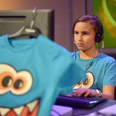 Rio vid datorn, t-skjorta i förgrunden