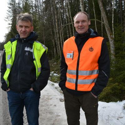 Trafiksäkerhetsplanerare Kjell Lind och Dan Kullman, Skogsvårdsföreningen Österbotten.
