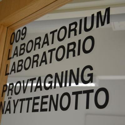 Dörr med texten laboratorium, provtagning.