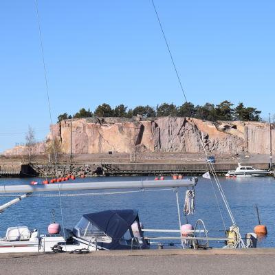 Drottningberg i Hangö, ett stort berg i Östra hamnen.