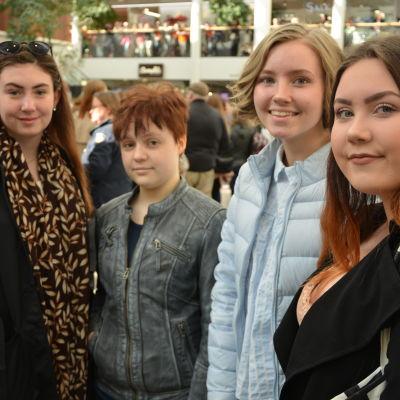 Från vänster: Stina Roth, Cindy Förars, Nadine Hagman och Jenna Sederström, Skolmusikdeltagare från Korsholms högstadium.