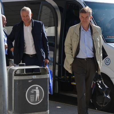 Carl-Erik Lagercrantz och Peter Nygårds går från en bil