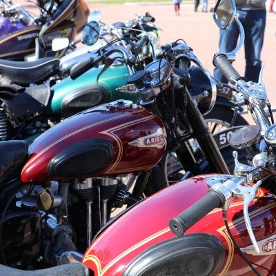 Motorcyklar står på rad.