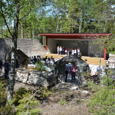 Elever från Västanfjärds skola uppträder på nya utescenen i Västanfjärd.