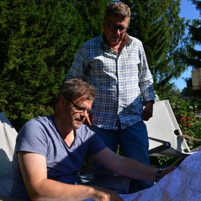 Mikko Uljas och Heikki Hurtig ser över kartan över mötesområdet