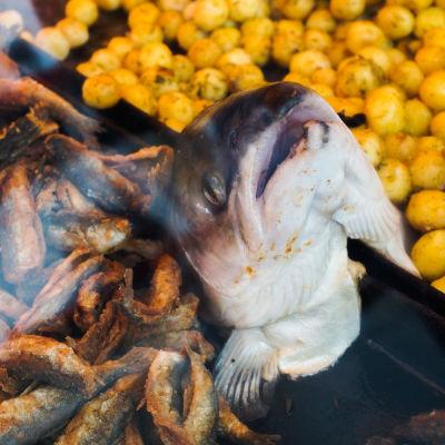 Fiskhuvud på ett grillkök på Salutorget
