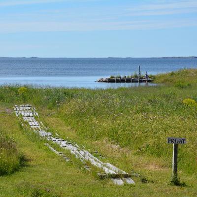 Skylt med Privat vid en spång ner mot havet på Utö.