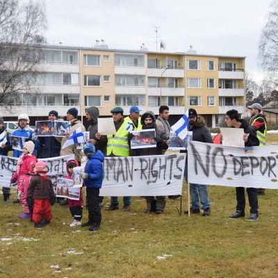 Asylsökande demonstrerar i en park i Hangö.