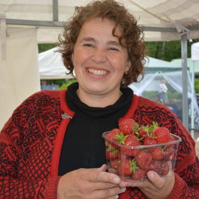 Elina Kontti säljer jordgubbar.