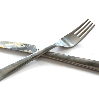 Smutsiga matbestick, kniv och gaffel.