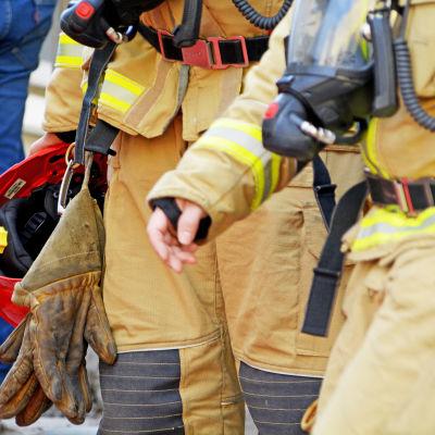 Brandmän med utrustning