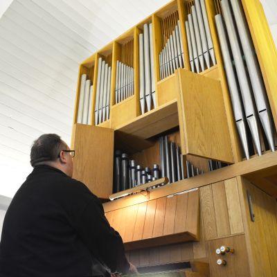 Kantor Jarkko Yli-Annala sitter vid orgeln i Näsebackens begravningskapell.