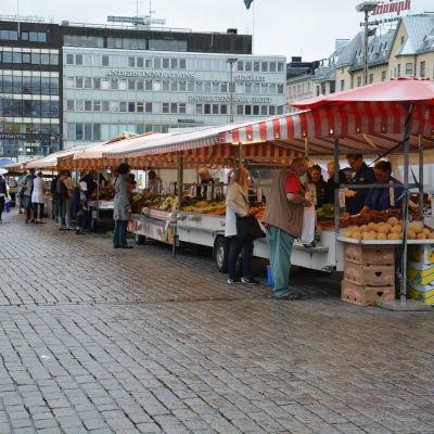 Torghandel på Salutorget i Åbo.