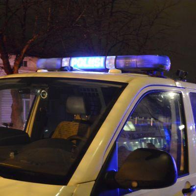 En polisbil med lamporna på.