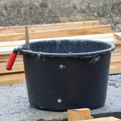 Murslev vilar på kanten till stort svart fat