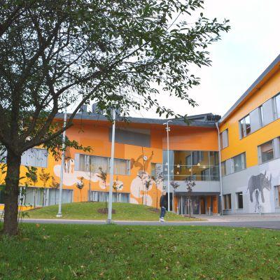 ingången till kungsvägens skola/nickby hjärta i sibbo
