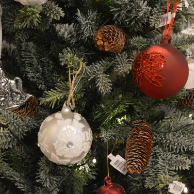 Julgran med julbollar och kottar