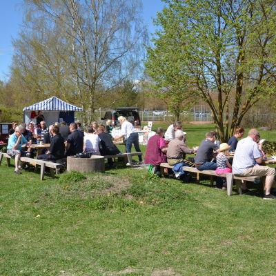 Matglada besökare på Skäri Open.