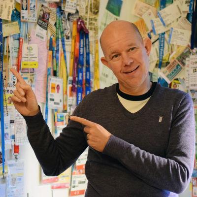 Kaj Kunnas, fotad vid en vägg med en massa presskort på.