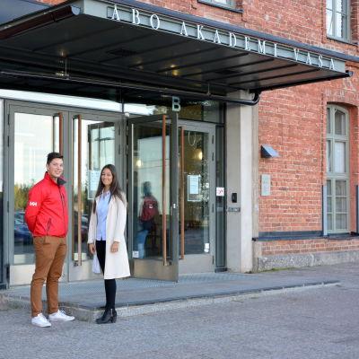 Alexander Holmberg och Hajat Husain vid Åbo akademi i Vasa.