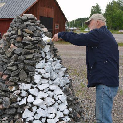 ivar nordlund målar ett kummel vid wilenius båtvarv
