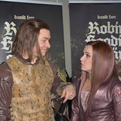 Robin Hood (Markus Järvenpää) och Marion (Julia Korander).