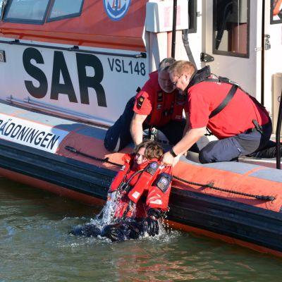 borgå sjöräddare förevissar hur sjöräddning går till