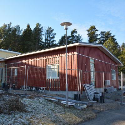 Taklagsfest har firats vid nybygget vid Fridhem, dit Houtskärs hälsostation flyttas.