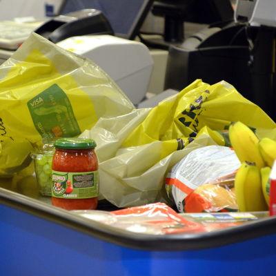 plastpåsar och matvaror