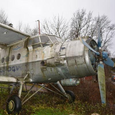 Ett Antonov-2-plan på en gårdsplan i Sibbo