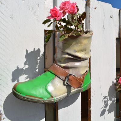 blomfyllda stövlar på urbcult vid konstfabriken i borgå