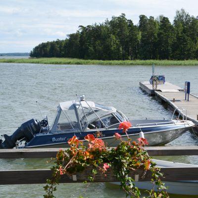 båt och tömningstank för septiktankar vid emsalö bro i borgå 2016