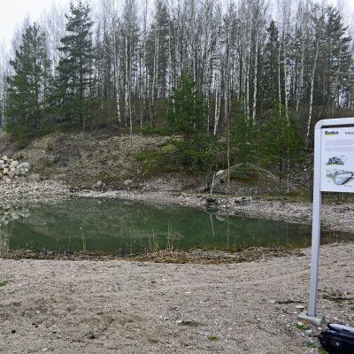 Rudus infoskylt invid dammen som är gjord för åkergrodan