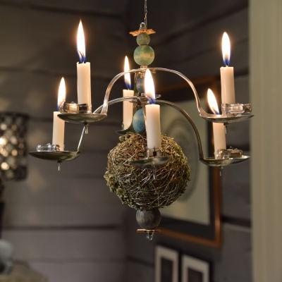 En hängande ljuskandelaber tillverkad av bl a gamla skedar.