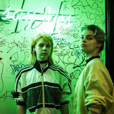 Porträtt på Sanna Lumikuru och Pyry Yrjölä på baren Eerikinkatu 11 under en Vaporwave-klubb.