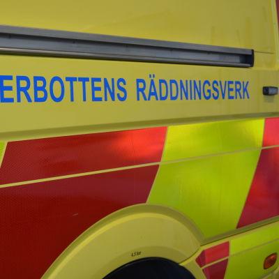 """texten """"österbottens räddningsverk"""" i närbild från en ambulans"""
