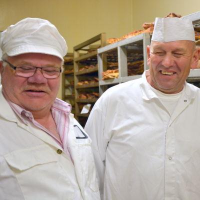 Caj Norrgård och Jan Sirén på Oravais rökeri.