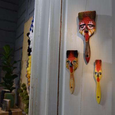 Påskpynt gjort av gamla penslar som blev penseltuppar