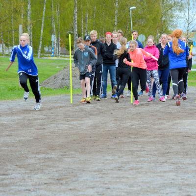 Elever från Korsholms högstadium tränar inför Stafettkarnevalen.